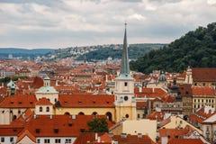 Чехия, Прага, 25-ое июля 2017: Панорамный взгляд города Красные крыши домов и структуры старого города в summe Стоковые Изображения
