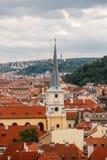 Чехия, Прага, 25-ое июля 2017: Панорамный взгляд города Красные крыши домов и структуры старого города в summe Стоковое Изображение RF