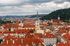 Чехия, Прага, 25-ое июля 2017: Панорамный взгляд города Красные крыши домов и структуры старого города в summe Стоковое Фото