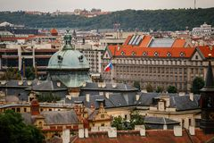 Чехия, Прага, 25-ое июля 2017: Панорамный взгляд города Красные крыши домов и структуры старого города в summe Стоковое фото RF