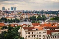 Чехия, Прага, 25-ое июля 2017: Панорамный взгляд города Красные крыши домов и структуры старого города в summe Стоковая Фотография