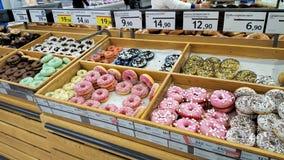 Чехия, Прага - 21-ое сентября 2017: Donuts для продажи в супермаркете, с ценами Стоковые Изображения RF