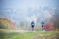 ЧЕХИЯ, SLAPY, октябрь 2018: Маниаки следа бегут конкуренция Бегуны на луге с осенней предпосылкой стоковая фотография