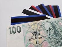 чехословакская банкнота 100 крон и кредитных карточек, предпосылки и текстуры стоковое изображение rf