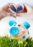 Чехословакские бумажные деньги в форме сердца с руками над piggy Стоковые Фотографии RF