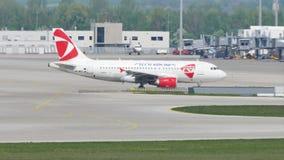 Чехословакские воздушные судн авиакомпаний в авиапорте Мюнхена, MUC видеоматериал