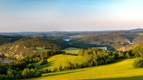 Чехословакский сельский луг на сумраке, река coutryside Влтавы, чехия стоковая фотография rf