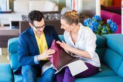 Чехол кресла рудоразборки пар в мебельном магазине Стоковые Фото