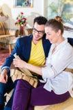 Чехол кресла рудоразборки пар в мебельном магазине Стоковое Изображение