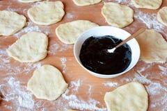 Чех испек плюшки с вареньем и сахаром Стоковая Фотография RF