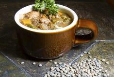 Чечевица, Escarole и итальянский суп сосиски стоковые изображения