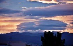 Чечевицеобразные облако в небе вечера стоковые изображения rf