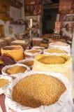 Чечевицы и фасоли на индийском магазине Стоковые Фото