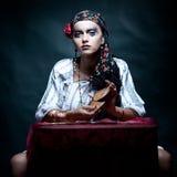 чешет рассказчик tarot удачи цыганский смешивая Стоковые Изображения