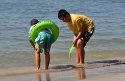 Челка Saen, Таиланд: Тайские мальчики играя в море Стоковое Изображение RF