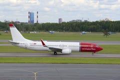 Челнок воздуха Боинга 737-800 (LN-NHB) норвежский на взлётно-посадочная дорожка на авиапорте Pulkovo Взгляд собора Андрюа апостол Стоковые Фото