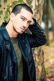человека портрет outdoors Красивый естественный мужчина стоковая фотография