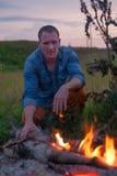 Человека разжигать костер в природе Стоковая Фотография RF