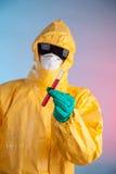 Человек лаборатории держа пробирку пробы крови Стоковое Фото