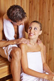 Человек давая массаж женщины в сауне Стоковые Изображения RF