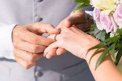 Человек давая обручальное кольцо к ее жене Стоковая Фотография RF