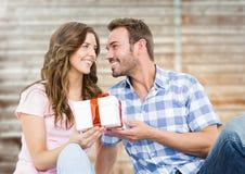 Человек давая подарок к женщине Стоковая Фотография