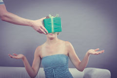 Человек давая подарочную коробку женщины Стоковое Фото