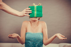 Человек давая подарочную коробку женщины Стоковое Изображение RF