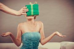 Человек давая подарочную коробку женщины Стоковая Фотография RF