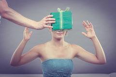Человек давая подарочную коробку женщины Стоковые Фотографии RF