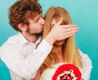 Человек давая пук конфеты женщины покрывая ее глаза Стоковое Изображение RF