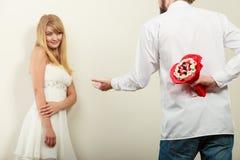 Человек давая цветки пука конфеты женщины Любовь Стоковое Изображение RF