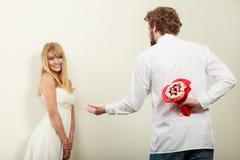 Человек давая цветки пука конфеты женщины Любовь Стоковое Фото