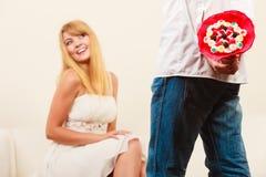 Человек давая цветки пука конфеты женщины Любовь Стоковые Фото