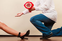 Человек давая цветки пука конфеты женщины любить пар Стоковое Изображение
