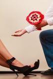 Человек давая цветки пука конфеты женщины любить пар Стоковые Изображения