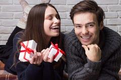 Человек дает подарок к женщине стоковое изображение rf