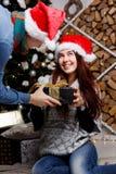 Человек дает подарок на рождество девушки Стоковая Фотография