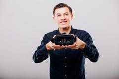 Человек дает стекла виртуальной реальности стоковое фото rf