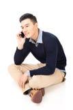 Человек азиатского принимает звонок стоковые фотографии rf