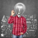 Человек лампы головной показывает О'КЕЫ Стоковое Изображение