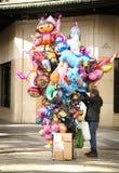Человек аранжируя букет воздушных шаров Стоковые Фото