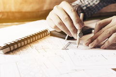 Человек архитектора рисуя геометрическую форму на листе бумаги на offic Стоковые Изображения RF