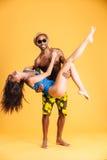Человек Афро американский держа его подругу с 2 руками Стоковые Фото