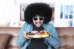 Человек Афро держит вкусные donuts Стоковое Изображение RF