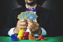 Человек Афро держит карточки покера Стоковое Изображение