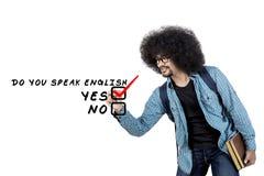 Человек Афро пишет говорит английский текст на экране Стоковое Изображение