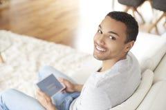 Человек Афро с цифровой таблеткой стоковое изображение
