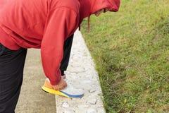 Человек бежать вдоль берега Стоковые Фотографии RF