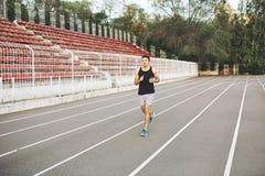 Человек бежать на гоночном треке Стоковая Фотография RF